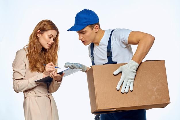 Uomo dell'operaio accanto al servizio di lavoro di consegna del cliente della donna.