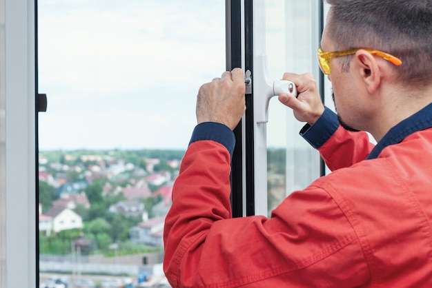 Lavoratore che allestisce una finestra