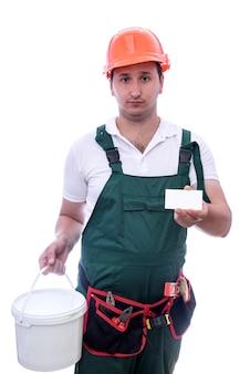 Lavoratore che mostra il suo biglietto da visita su bianco