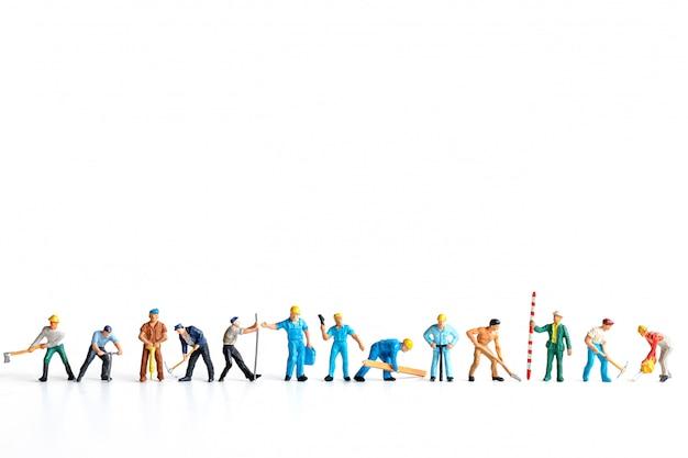 Gruppo del lavoratore che sta sul fondo bianco e copia lo spazio per il vostro testo, concetto di festa del lavoro