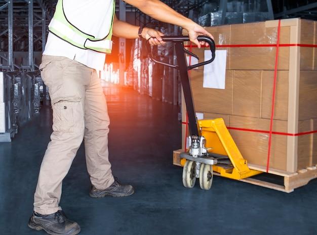 Scatole di scarico del lavoratore nel magazzino di stoccaggio scatole di spedizione logistica di magazzino di spedizione