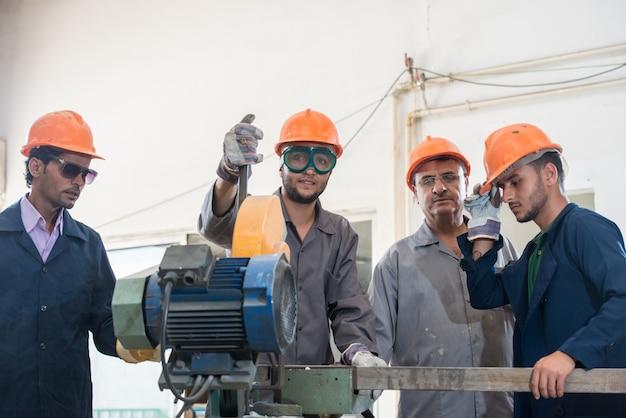 Saldatura del lavoratore nella priorità bassa industriale in fabbrica