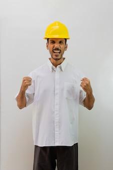 Operaio con casco isolato su sfondo bianco. uomo nero in un casco con varie espressioni. Foto Premium
