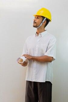 Operaio con casco isolato su sfondo bianco. uomo nero in un casco con varie espressioni.
