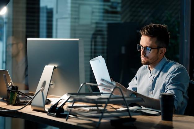 Lavoratore con documenti che hanno ore eccessive