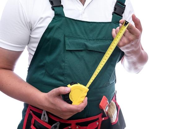 Operaio con nastro di misurazione giallo isolato su white