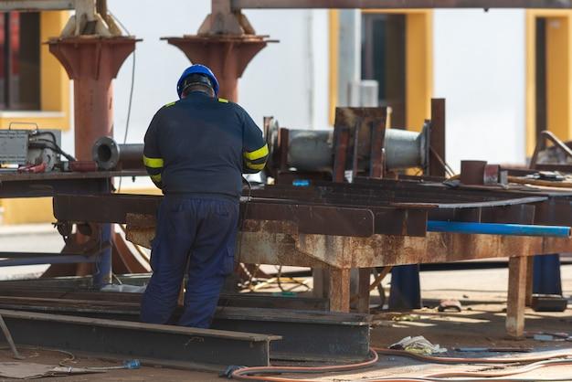 Lavoratore che lavora all'iarda di riparazione della nave