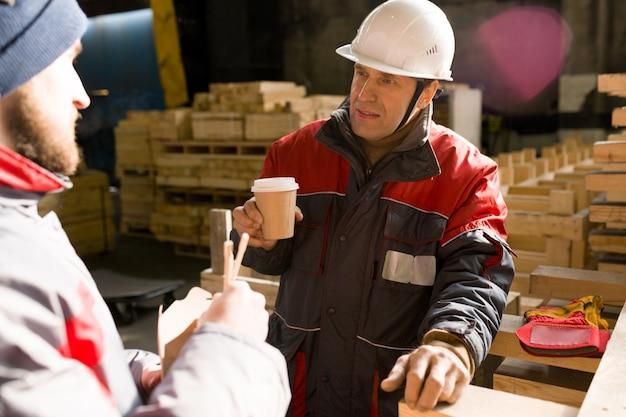 Lavoratori che bevono caffè in officina