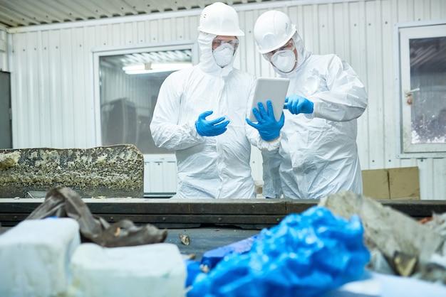Lavoratori nel moderno impianto di lavorazione dei rifiuti
