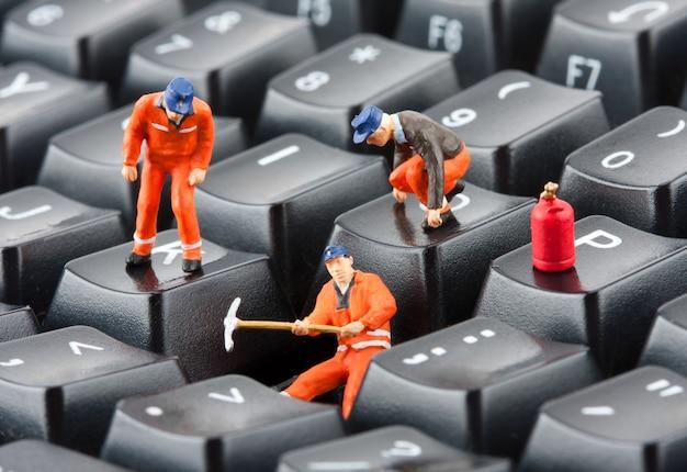 Lavoratori che riparano la tastiera