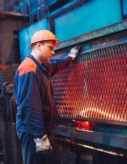 Lavoratori in acciaieria.