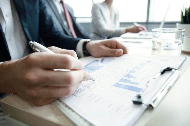 Gli uomini d'affari che lavorano analizzano i dati di marketing ad alte prestazioni.