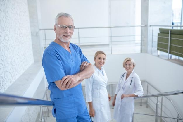 Giorno lavorativo. team di operatori sanitari sorridenti in piedi sulle scale