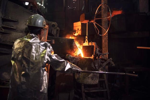 Lavorare in fonderia con acciaio liquido caldo.