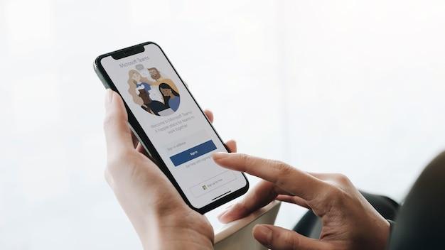 Un dipendente che lavora da casa sta scaricando la piattaforma social di microsoft teams, pronta per lavorare a distanza in isolamento da casa