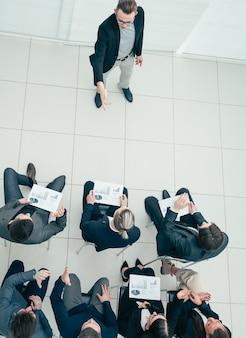 Gruppo di lavoro che applaude a una riunione di lavoro