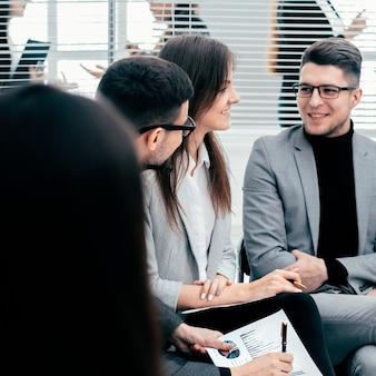 Gruppo di lavoro per discutere i dati finanziari in una riunione di lavoro. concetto di affari
