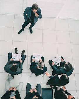 Gruppo di lavoro che discute una nuova strategia in una riunione d'ufficio