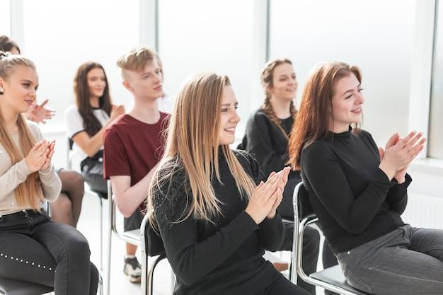 Gruppo di lavoro di giovani professionisti seduti in sala conferenze. foto con copia spazio