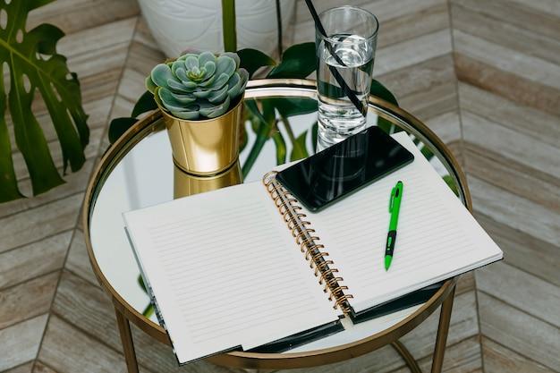 Lavorare a casa, aprire quaderno e penna, pandemia di coronavirus, telelavoro