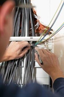 Lavorando sull'installazione di apparecchiature per il contatore elettrico installa il quadro elettrico e prepara