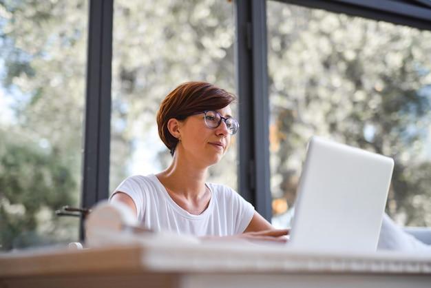 Lavorando su un laptop