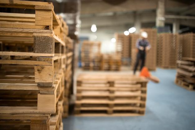 Lavorare in un grande magazzino spostando le tavolozze