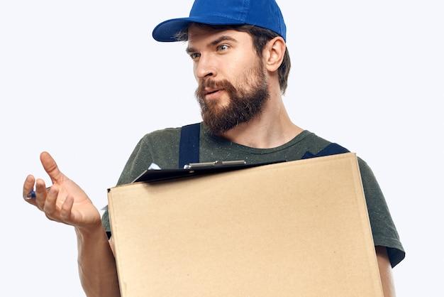 Corriere maschio di lavoro con fondo chiaro di servizio di consegna dei documenti della scatola in mano.
