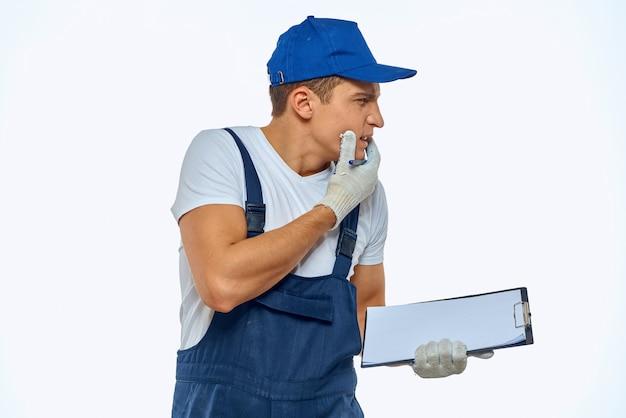 Uomo di lavoro in corriere servizio consegna documenti uniforme.