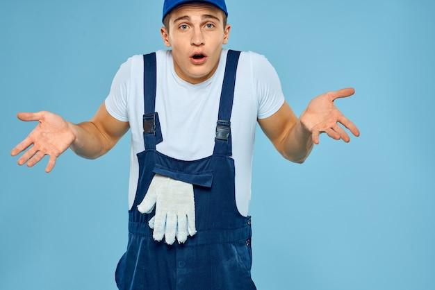 Uomo di lavoro in uniforme di guanti