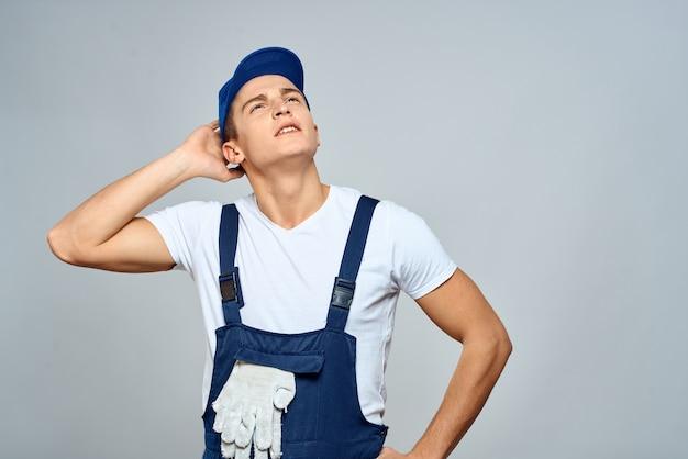 Uomo di lavoro in parete leggera servizio di consegna stile di vita servizio uniforme.