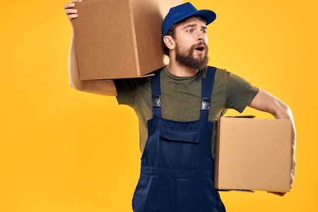 Uomo di lavoro con scatola in mano consegna caricamento servizio di trasporto