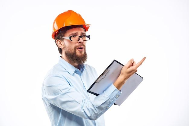 Uomo di lavoro con professionisti della costruzione del settore ingegnere documenti