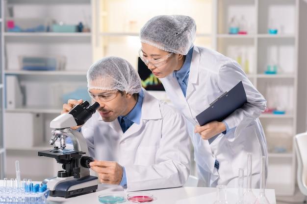 Lavoro sulla ricerca medica con assistente