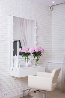 Luoghi di lavoro per maestri nel salone di bellezza parrucchiere. design e interni moderni.