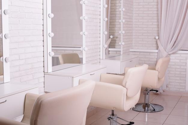 Luoghi di lavoro per maestri nel salone di bellezza parrucchiere