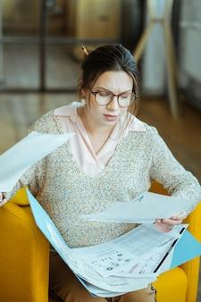 Lavorando su progetto. interior designer incinta professionista che si sente impegnata a lavorare su un nuovo progetto