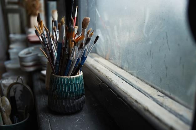 Tavolo di lavoro di un ceramista. laboratorio di argilla. il processo di creazione della ceramica. il maestro ceramista lavora nel suo studio. copia spazio