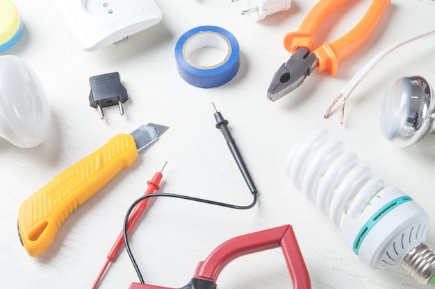 Strumenti di lavoro e componenti su sfondo bianco oggetti elettrici
