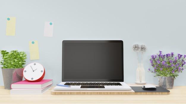 Lavorando con il computer sul tavolo di legno