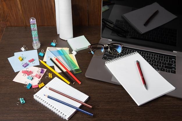 Lavorare con un computer portatile con una connessione a un webinar per visualizzare l'e-business, il concetto di business