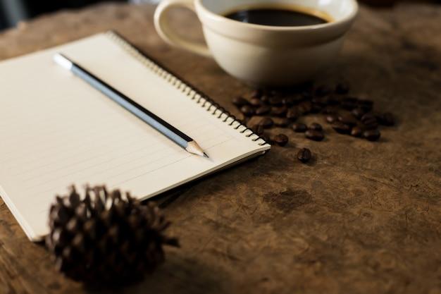 Lavorando con quaderni e tazze da caffè su pavimenti in legno.