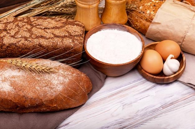 Lavorare con farina lievitata uova aglio o cottura da forno