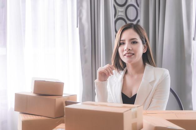 La donna lavoratrice sta gestendo la consegna per il suo negozio online