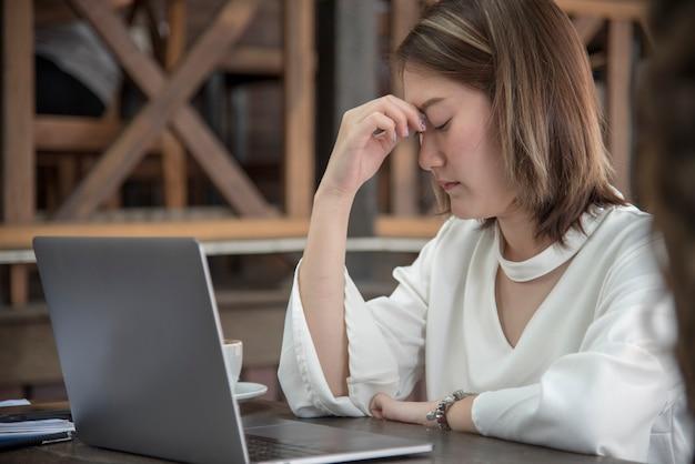 Donna lavoratrice emicrania malata da stress sindrome da ufficio esausto crisi economica
