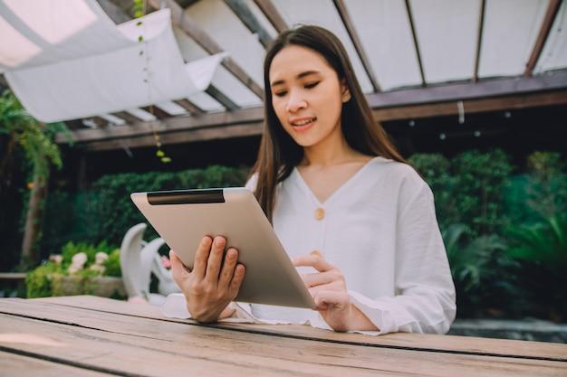 Le donne lavoratrici restano a casa e usano i tablet a casa e incontrano il gruppo online da internet, concetto di wfh