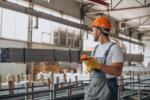 Operaio al magazzino in casco arancione