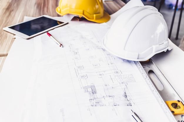 Luogo di lavoro dell'architetto - progetto architettonico, strumenti di ingegneria sul tavolo.