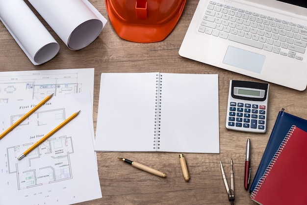 Luogo di lavoro di architetto o ingegnere con progetto e laptop