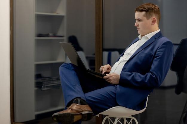 Luogo di lavoro avvocato successo collare esecutivo notaio broker avvocato persone concetto aziendale. reclutatore di agente immobiliare mediatore intelligente intelligente pensieroso bello serio concentrato che utilizza netbook al lavoro.
